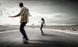Monopatín del paseo de los adolescentes Técnicas mixtas Fotos de archivo libres de regalías