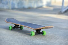 Monopatín en el skatepark imagen de archivo libre de regalías