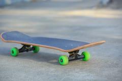Monopatín en el skatepark fotografía de archivo