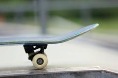 Monopatín en el skatepark Fotos de archivo libres de regalías