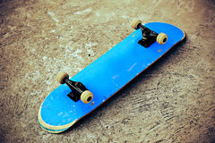 Monopatín en el skatepark imagenes de archivo