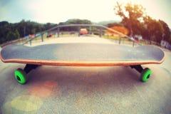 Monopatín en skatepark Foto de archivo libre de regalías