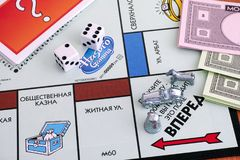 Monopol-Brettspiel Drei Zeichen auf Feld Anfang von gameboard wi Stockbild