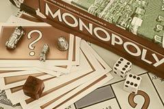 Monopol-Brettspielkasten, Möglichkeitskarten, Zeichen, würfelt auf dem Spiel Lizenzfreie Stockfotos