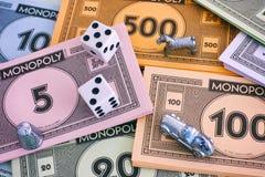 Monopolgeldsätze mit Zeichen und Würfeln Stockbilder