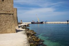 Monopoli,有船和灯塔的港口 南意大利,普利亚 库存图片