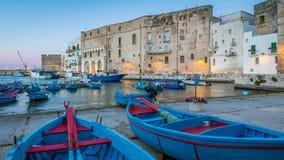 老港口在Monopoli,巴里省,南意大利 免版税库存照片