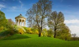 Monopterostempel in de Engelse tuin, München Beieren, Duitsland stock foto's
