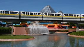 Monorail passant dans le voyage dans la r?gion d'imagination dans Epcot ? la r?gion de Walt Disney World Resort, banque de vidéos