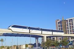 Monorailtrein met toeristen in Las Vegas, NV Stock Foto