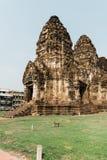 Monos en Lopburi, Tailandia foto de archivo