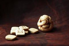 monos o icono antiguo sagrado de tres monos místicos con las runas Fotos de archivo libres de regalías