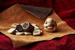 monos o icono antiguo sagrado de tres monos místicos con las runas Foto de archivo