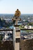 Monoscope público do telescópio do monocular na parte superior da plataforma de observação - vista ao centro da cidade histórico  Foto de Stock