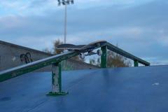 Monoskate solitaire dans le skatepark Images libres de droits