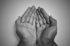 Monotone geopende het bedelen handen stock fotografie