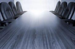 Monotoner Konferenztisch Lizenzfreies Stockfoto