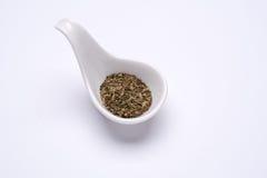 Monotoner trockener Basilikum 1 Esslöffel in einem weißen Löffel Stockfotografie