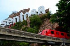 Monotrilho do resort da ilha de Sentosa e sinal icônico Singapura Imagens de Stock Royalty Free