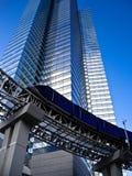 Monotrilho no pé do edifício moderno alto Imagens de Stock