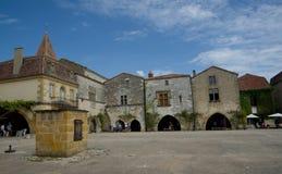 MONPAZIER, FRANCIA - 10 SETTEMBRE 2015: Quadrato principale nel bastide di Monpazier, la Dordogna, Francia, settembre 2015 Fotografie Stock Libere da Diritti