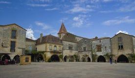 MONPAZIER, FRANCIA - 10 SETTEMBRE 2015: Quadrato principale nel bastide di Monpazier, la Dordogna, Francia, settembre 2015 Fotografia Stock Libera da Diritti