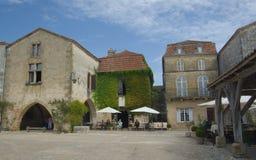 MONPAZIER FRANCJA, WRZESIEŃ, - 10, 2015: Główny plac w bastide Monpazier, Dordogne, Francja, Wrzesień 2015 Zdjęcie Royalty Free