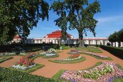 Monplaisir宫殿在Petergof 免版税库存图片