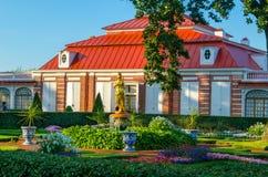 Monplaisir宫殿在Peterhof 免版税库存照片