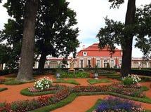 Monplaisir pałac w niskim parku Peterhof obraz royalty free