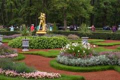 Monplezirsky arbeta i trädgården, Springbrunn-klockan med statyn av `-faun med unge`en, Royaltyfri Fotografi