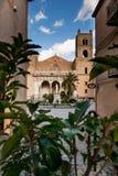 MONREALE ITALIEN - Oktober 13, 2009: Den byggda Monreale domkyrkan Arkivbild
