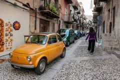 MONREALE ITALIEN - Oktober 13, 2009: Smal gata av det forntida Arkivfoton