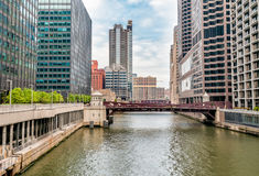 Monroe Adams Street Bridge i Chicago arkivfoton