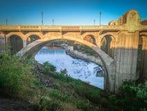 Monroe Street Dam e a ponte na noite, em Spokane, Washingto fotografia de stock royalty free