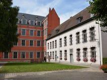 Mons, Belgien - 28. Juli 2016: Rot und Weiß gemalte Häuser stockbilder