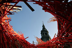 Mons-Rathaus-Turm und -moderne Kunst Stockfotografie