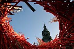 Mons Stadhuistoren en modern art. Stock Fotografie