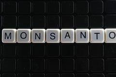 Monsanto-Titeltext-Wortkreuzworträtsel Alphabetbuchstabe blockiert Spielbeschaffenheitshintergrund Weiße alphabetische Buchstaben Stockfoto