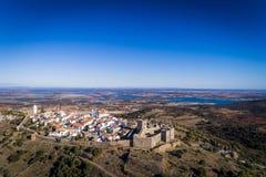 Monsaraz历史的村庄的鸟瞰图在有Alqueva水坝水库的阿连特茹在背景 免版税库存图片