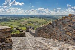 Monsaraz, средневековая дорога к крепости и городу понедельнику Стоковая Фотография