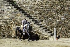 MONSARAZ - 6 DE ABRIL: Entrenamiento del caballo en la ciudad de Alentejo de Monsaraz Fotos de archivo libres de regalías