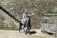 MONSARAZ - 6 DE ABRIL: Entrenamiento del caballo en la ciudad de Alentejo de Monsaraz Fotografía de archivo libre de regalías
