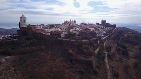 Monsaraz historique sur la colline par le lac dans l'Alentejo, Portugal banque de vidéos