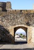 Monsaraz medeltida slottinre, väggar och dörr, lopp Portugal Arkivfoton