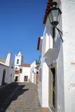 MONSARAZ, PORTUGAL - 11 DE OUTUBRO DE 2016: Uma rua cobbled típica com casas whitewashed imagens de stock royalty free