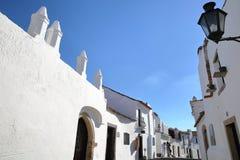 MONSARAZ, PORTUGAL - 11 DE OUTUBRO DE 2016: Uma rua cobbled típica com casas whitewashed foto de stock royalty free