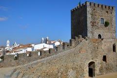 MONSARAZ, PORTUGAL: Vista da vila do castelo medieval imagem de stock royalty free