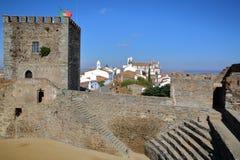 MONSARAZ, PORTUGAL: Vista da vila do castelo medieval fotos de stock