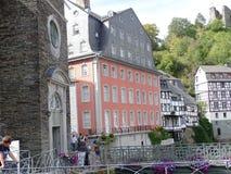 Monschau, Alemanha - 12 de agosto de 2018 impressão da cidade, foco na construção cor-de-rosa foto de stock